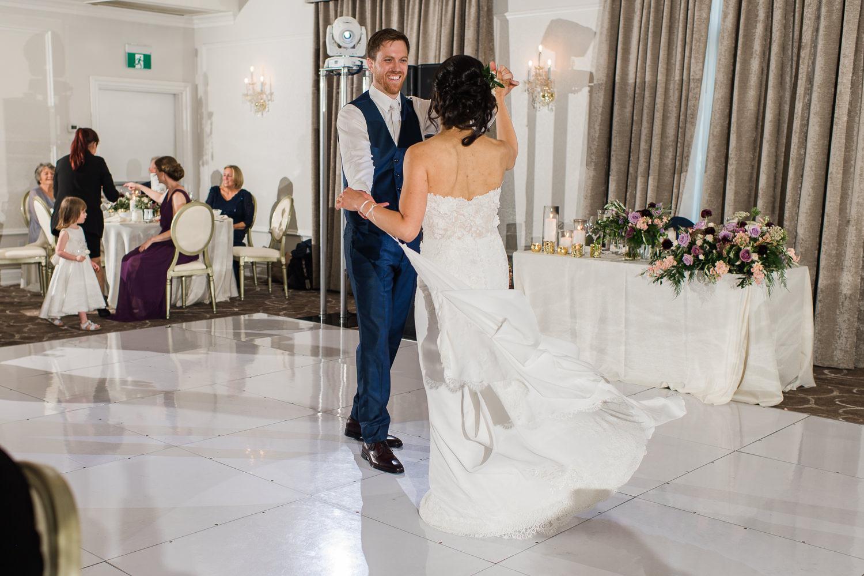 remiere-danse-des-maries-pendant-la-reception-du-mariage-sur-la-piste-de-danse