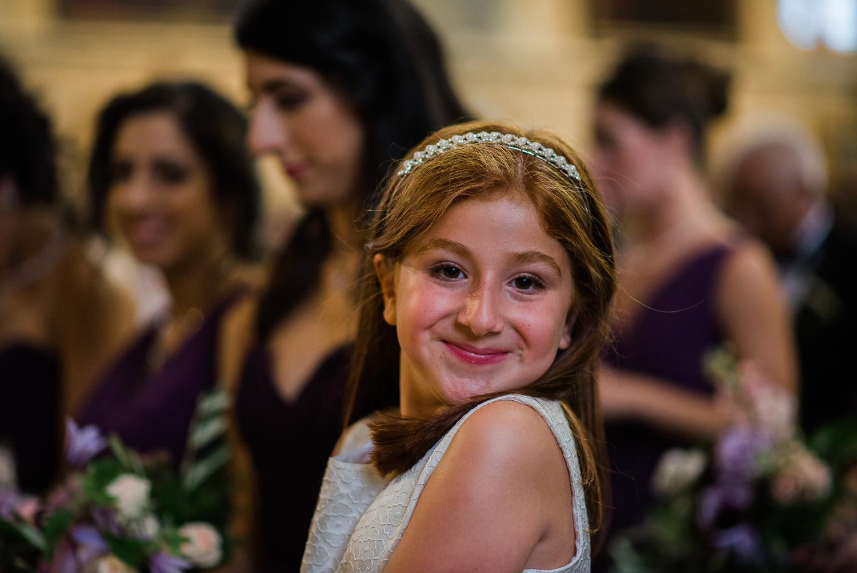 bouquetiere-souriant-a-la-photographe-pendant-la-ceremonie