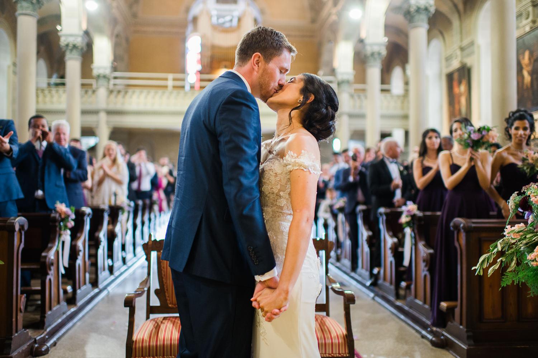 les-maries-s-embrassent-pendant-la-ceremonie