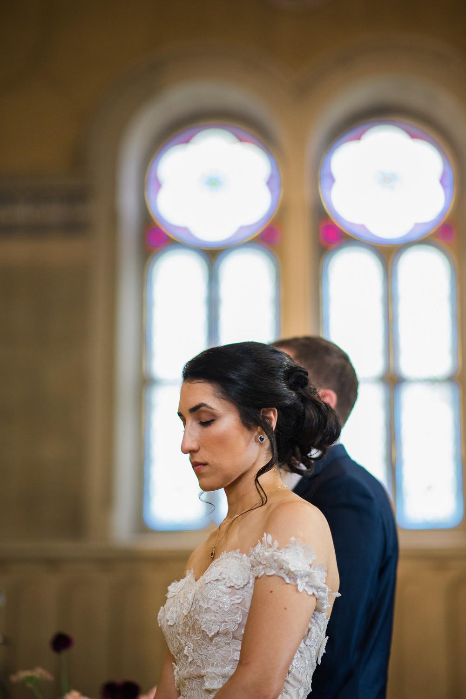 moment-de-priere-de-la-mariee-devant-les-vitraux-de-l-eglise