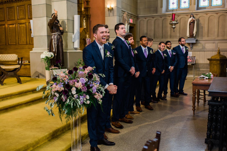 le marie-souriant-et-les-garcons-honneur-a-l-avant-de-l-eglise-oka-debut-ceremonie-du-mariage