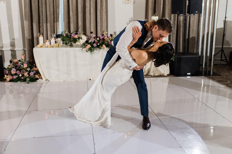premiere-danse-des-maries-pendant-la-reception-du-mariage-sur-la-piste-de-danse