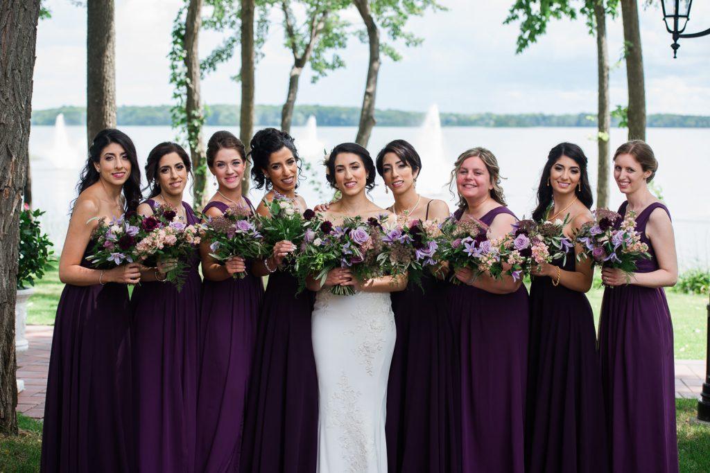 la-mariee-et-les-8-filles-d-honneur-robes-aubergine-jardin-exterieur-face-a-la-baiede-vaudreuil