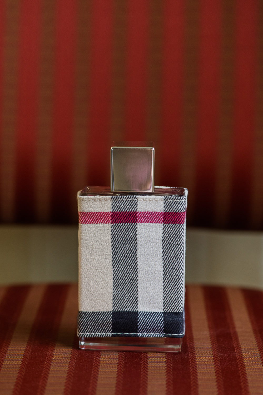 parfum-pour-femme-burberry-london-sur-chaise-a-rayure-rouge