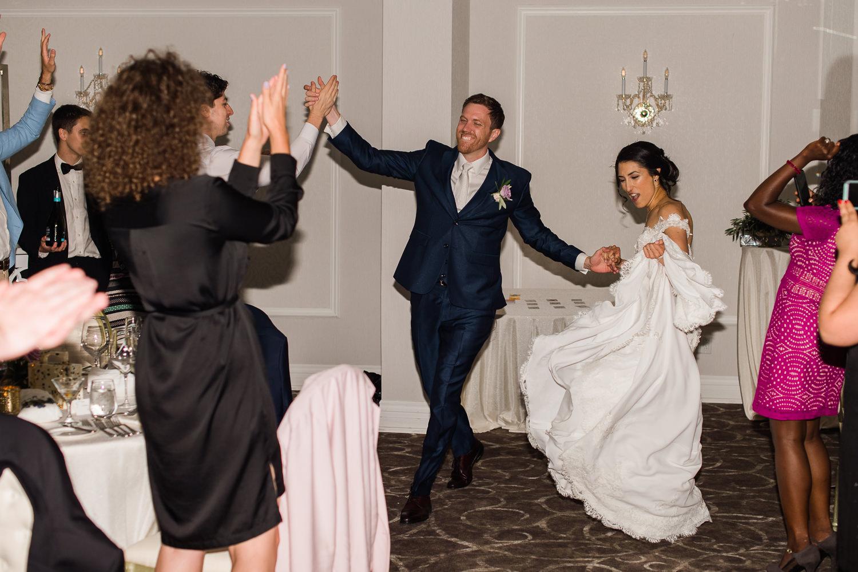 Les-maries-entrent-en-salle-en-dansant