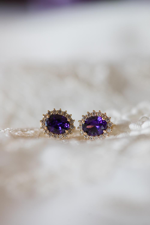 boucles-oreilles-amethyste-violet-diamants-sur-le-lit-chambre-d-hotel