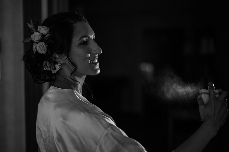 la-mariee-qui-se-met-du-parfum-portrait-noir-et-blanc-chambre-hotel