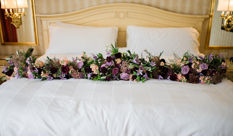 bouquet-fleurs-sur-lit-chambre-hotel-oh-fleurs