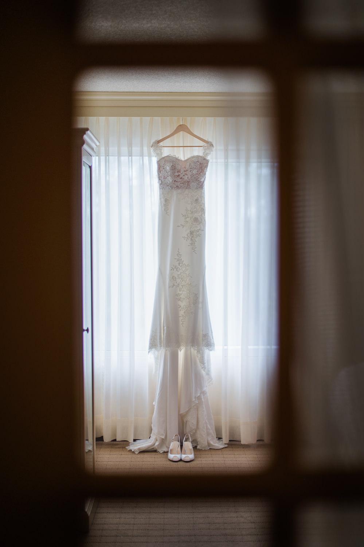 photographier-a-travers-un-carreau-robe-mariee-dans-la-fenetre-creations-vezina-laval-