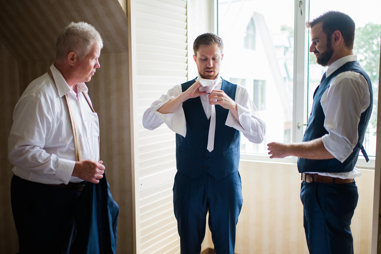 noeud-de-cravate-preparatif-du-marie-devant-la-fenetre-de-sa-chambre-hotel-avec garcon-honneur-et-son-pere