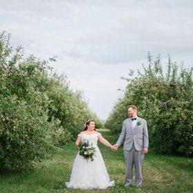 photographie-mariage-verger-couple-se-tient-la-main