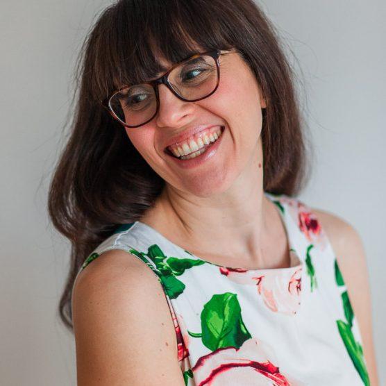 portrait de nadine gregoire photographe souriante