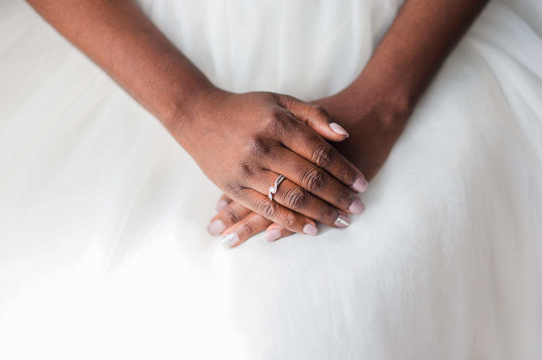 les-mains-de-la-mariee-deposees-sur-sa-robe-blanche