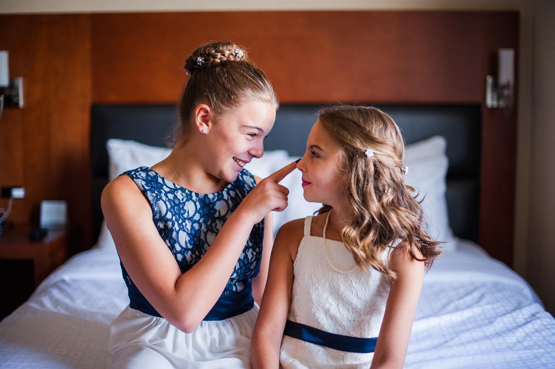 deux-filles-du-marie-lors-des-preparatifs-a-la-chambre-d-hotel-quality-inn