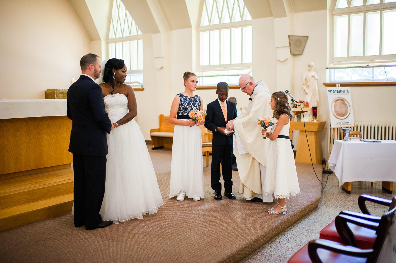 couple-debout-a-l-avant-qui-regarde-les-enfants-lors-de-la-ceremonie-de-mariage-a-l-eglise