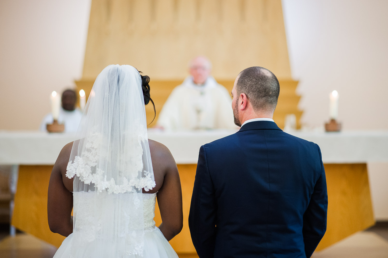 couple-de-maries-de-dos-observant-la-celebration-de-l-eucharistie-lors-du-mariage-a-l-eglise