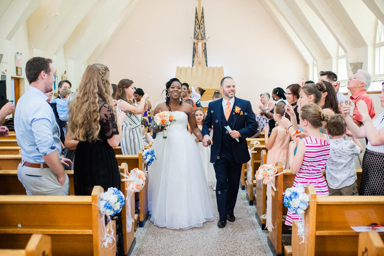couple-de-maries-sortant-de-l-eglise-lors-la-celebration-du-mariage-a-l-eglise