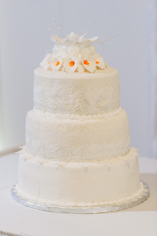 gateau-de-mariage-blanc-dentelle-et-lys-3-etages