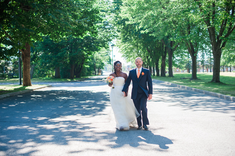 photo-de-couple-mariage-qui-se-tiennent-la-main-dans-allee-d-arbres