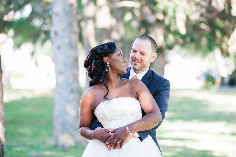 photo-de-couple-mariage-la-mariee-regarde-son-epoux-par-dessus-son-epaule