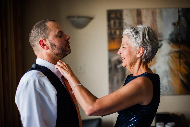La mere-du-marie-qui-ajuste-la-cravate-lors-des-preparatifs-a-la-chambre-d-hotel-quality-inn