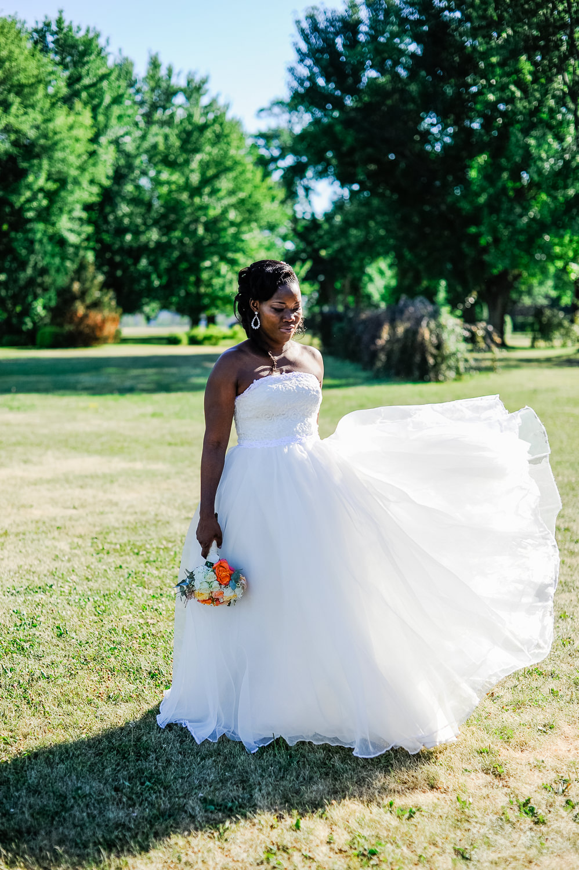 portrait-de-la-marie-qui-regarde-au-sol-la-robe-de-mariage-qui-vole-au-vent